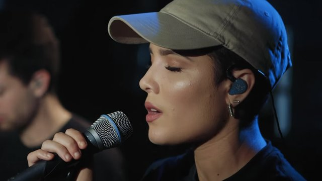 Halsey Channels Her Inner Bieber And Sings The Sh T Out Of Love